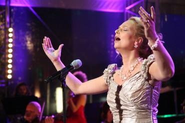 Muzikale begeleiding bij de uitvaart? Kies bijvoorbeeld een optreden door Wendy Kokkelkoren.