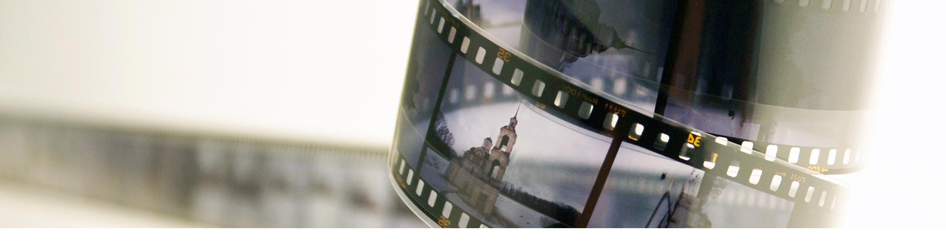 Het vertonen van een foto of dvd van uw dierbare maakt de afscheidsdienst heel persoonlijk. Bij Uitvaartverzorging Donker helpen we u er graag bij.