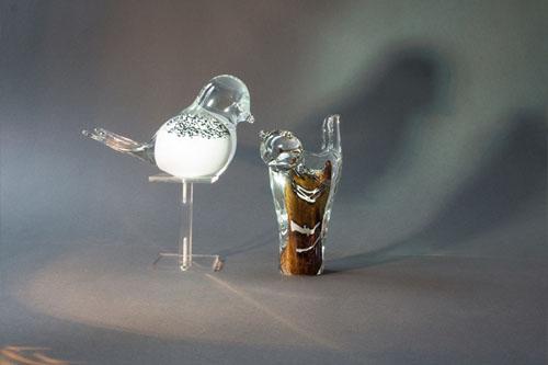Wilt u na de crematie van uw dierbare graag as bewaren? Wij hebben 100 verschillende soorten urnen, as-sieraden en andere herinneringsobjecten op voorraad.
