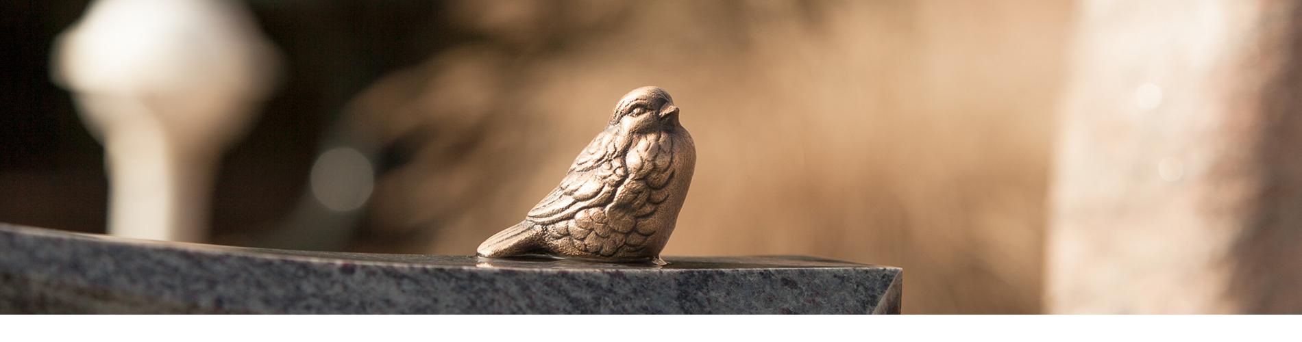 Het kiezen van een grafsteen is voor veel nabestaanden best lastig. In onze sfeervolle monumententuin achter het rouwcentrum, kunt u in alle rust rondkijken en een keuze maken. Er is een zeer uitgebreide collectie grafstenen en andere monumenten te zien.